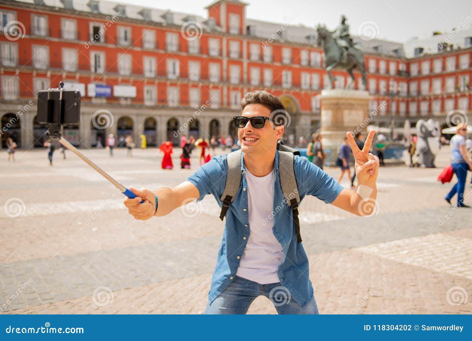 激动英俊的年轻白种人旅游的人愉快和采取在广场马德里西班牙市长的,一selfie