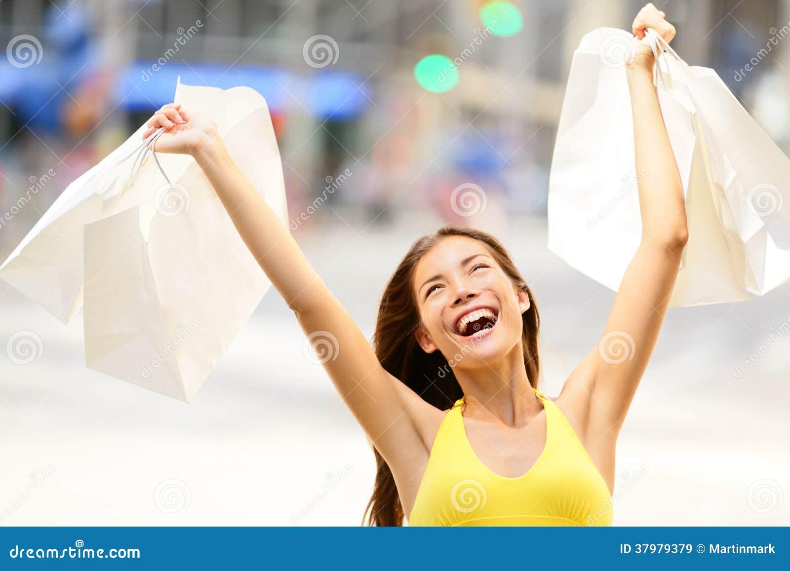 激动赢取的愉快的购物妇女