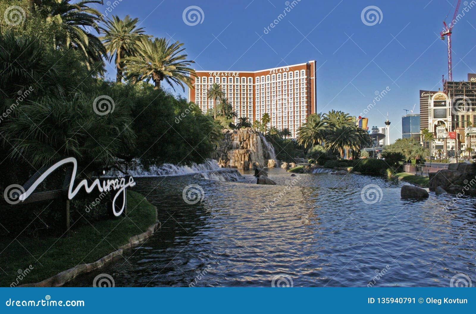 瀑布和喷泉小瀑布在旅馆海市蜃楼附近