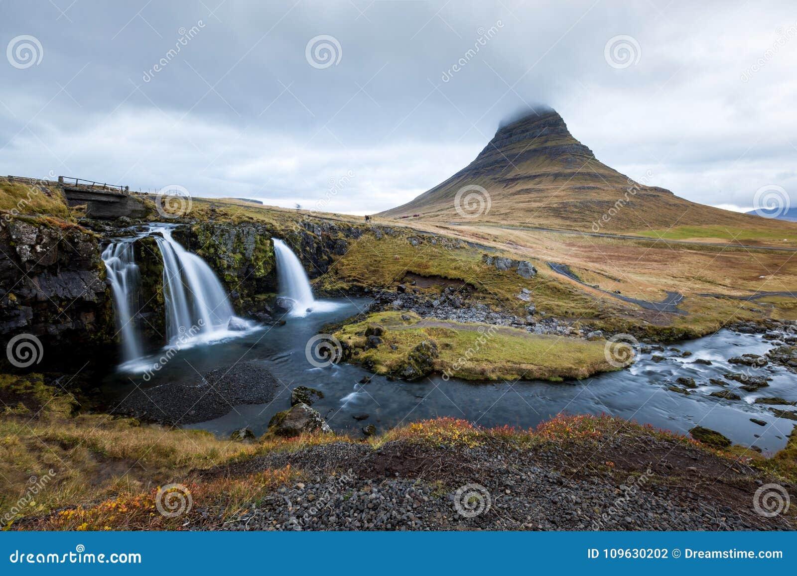 瀑布和美丽的景色在kirkjufell山在冰岛欧洲
