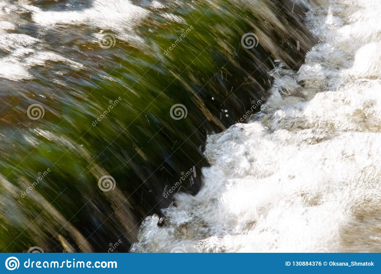 瀑布在夏天 清楚和淡水跌倒 色彩绿色和白色 Fotography用长的定期曝光做了