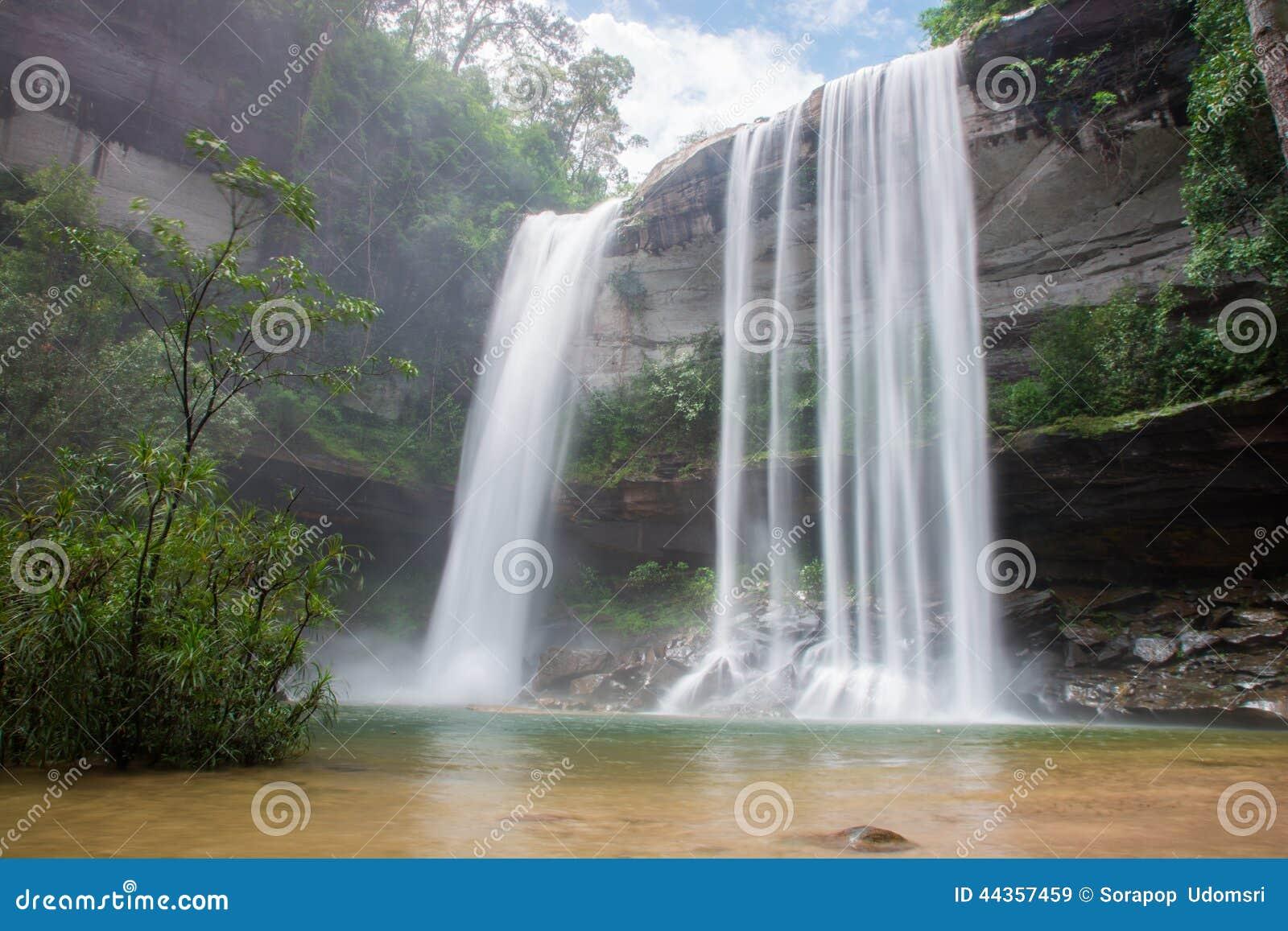 瀑布美丽在狂放的自然
