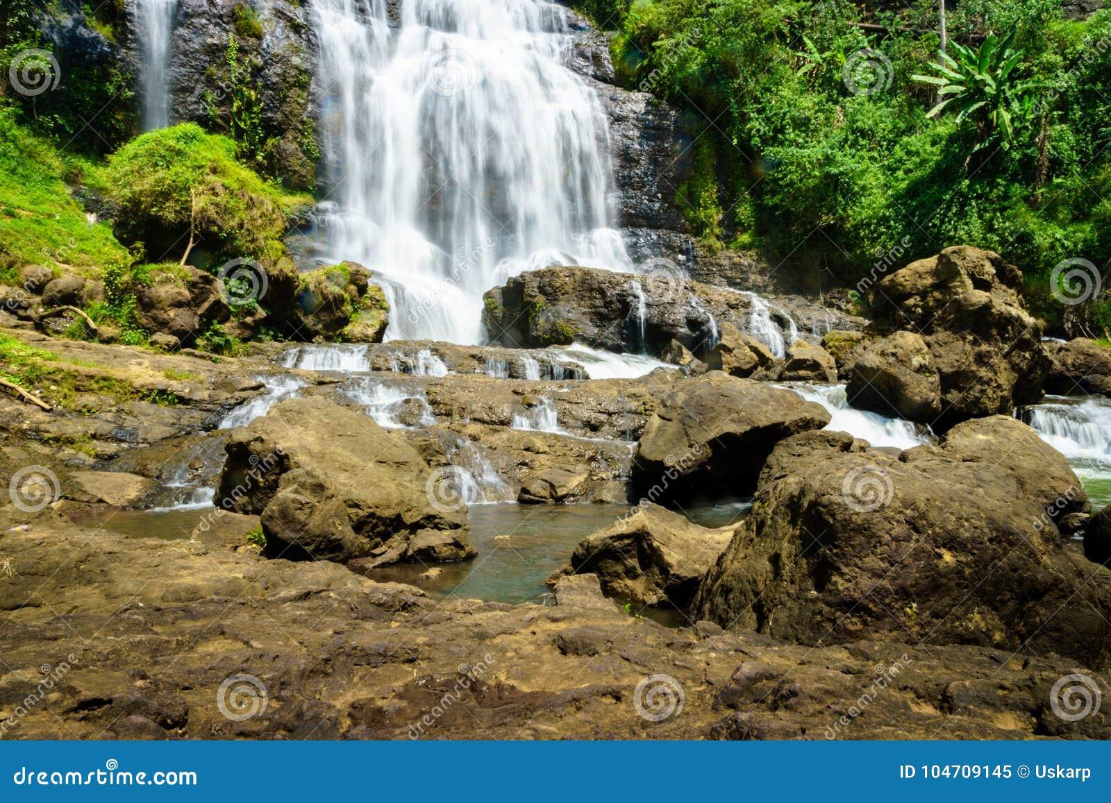 瀑布-乡下风景在一个村庄在展玉, Java,印度尼西亚
