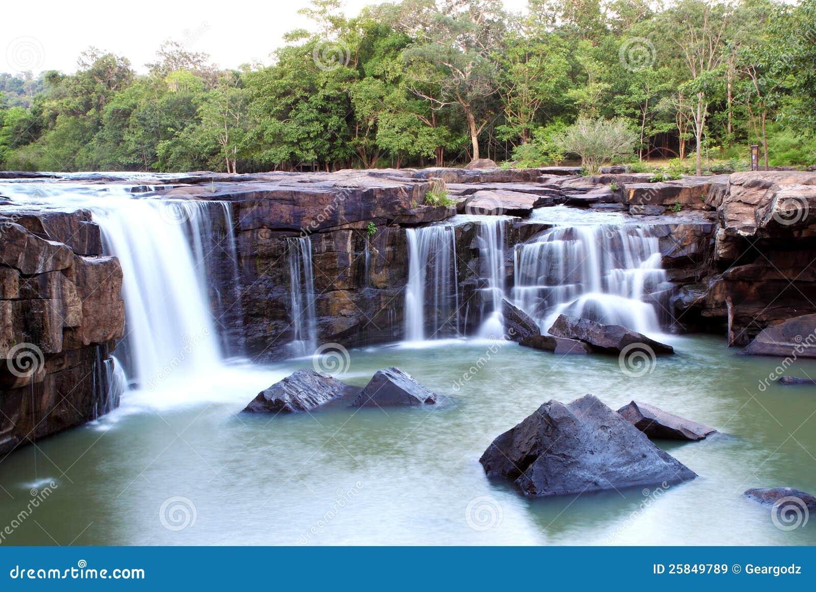 瀑布Tadtone在泰国的气候森林里