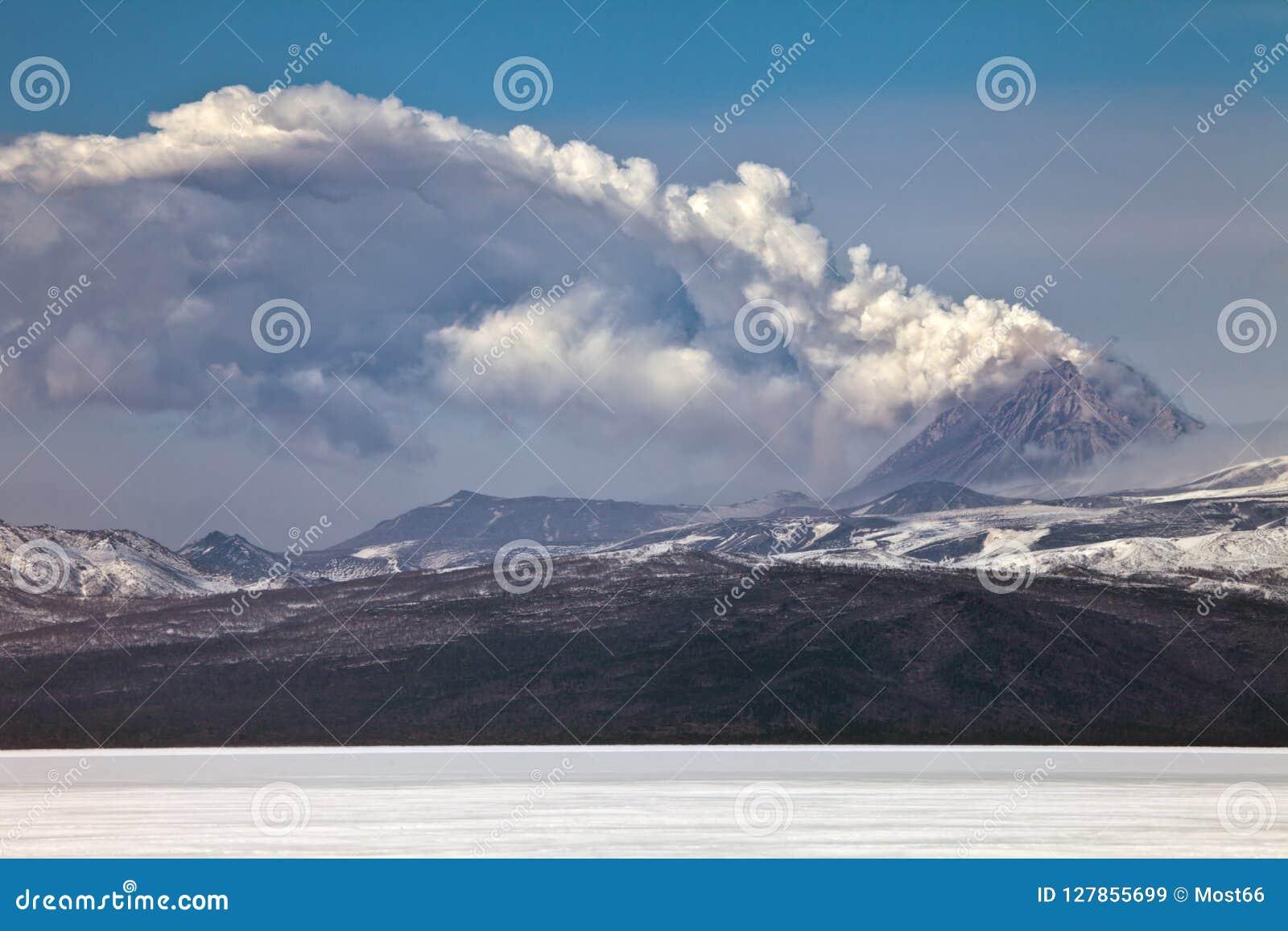 火山爆发在堪察加,火山碎屑岩的流