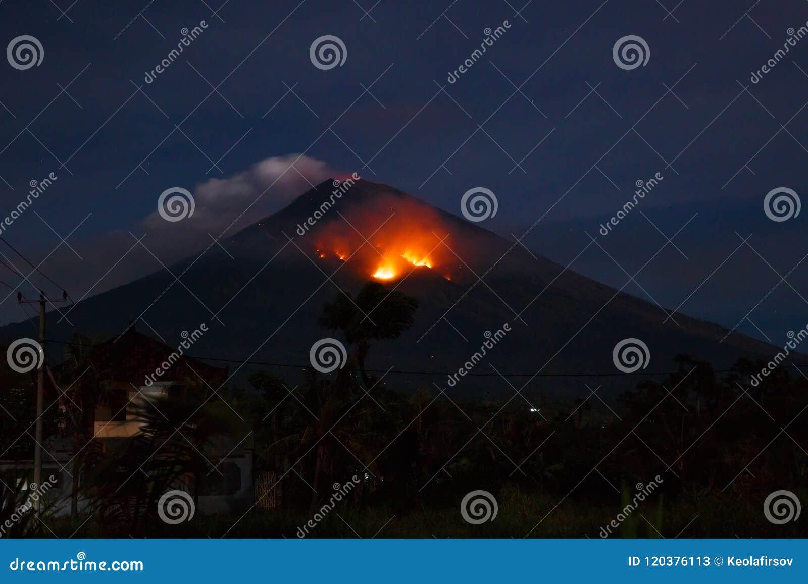 火山爆发在晚上 火山阿贡在巴厘岛,印度尼西亚