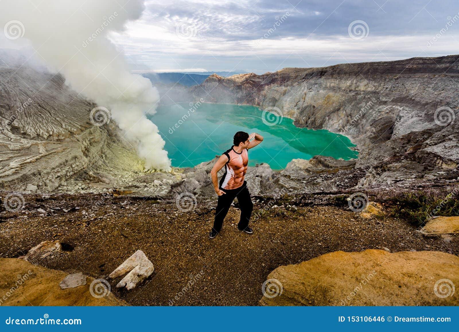火山的火山口的年轻人
