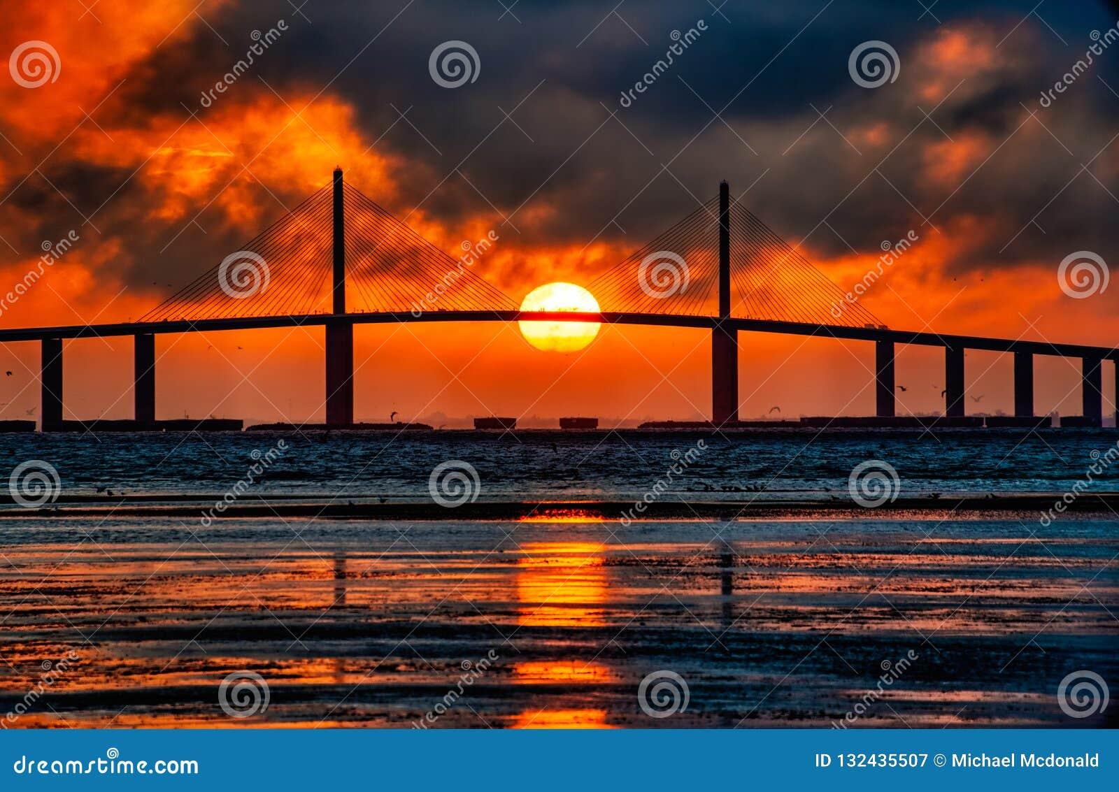 火球在Skyway桥梁的