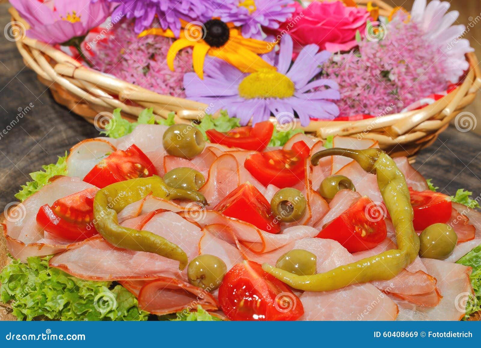 火腿板材,火腿,意大利辣味香肠,蕃茄,橄榄,莴苣