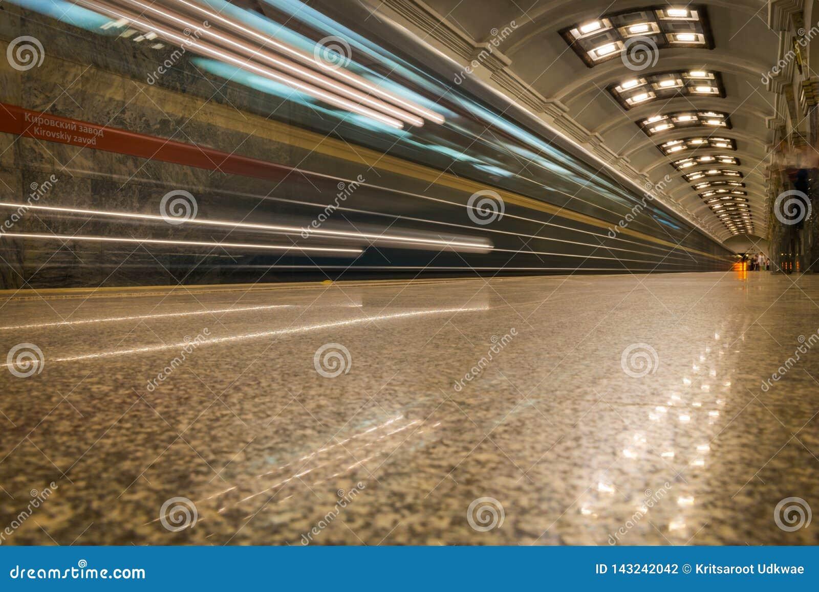 火车光在地铁通过的