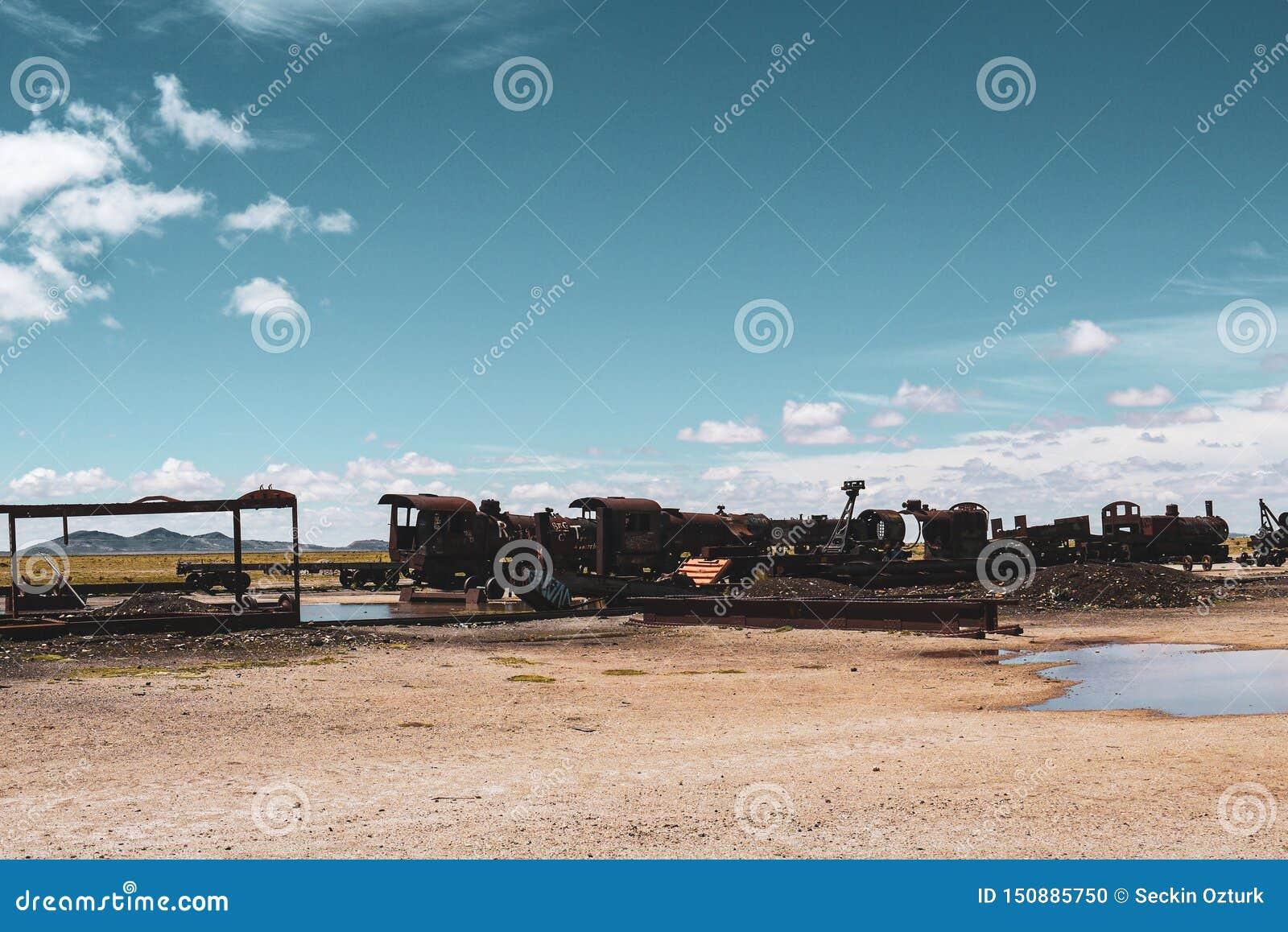 火车公墓在乌尤尼盐沼