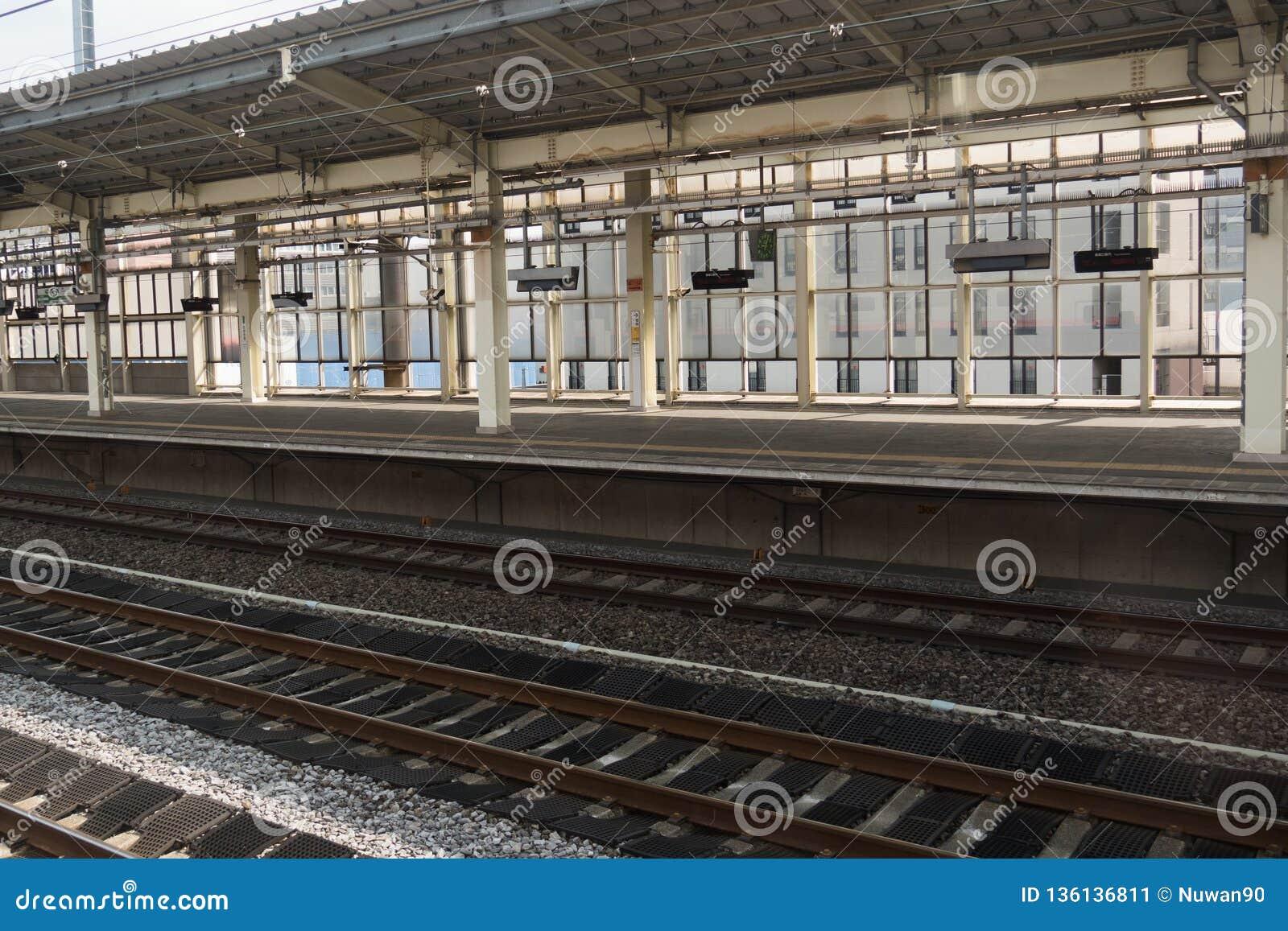 火车站和空的平台