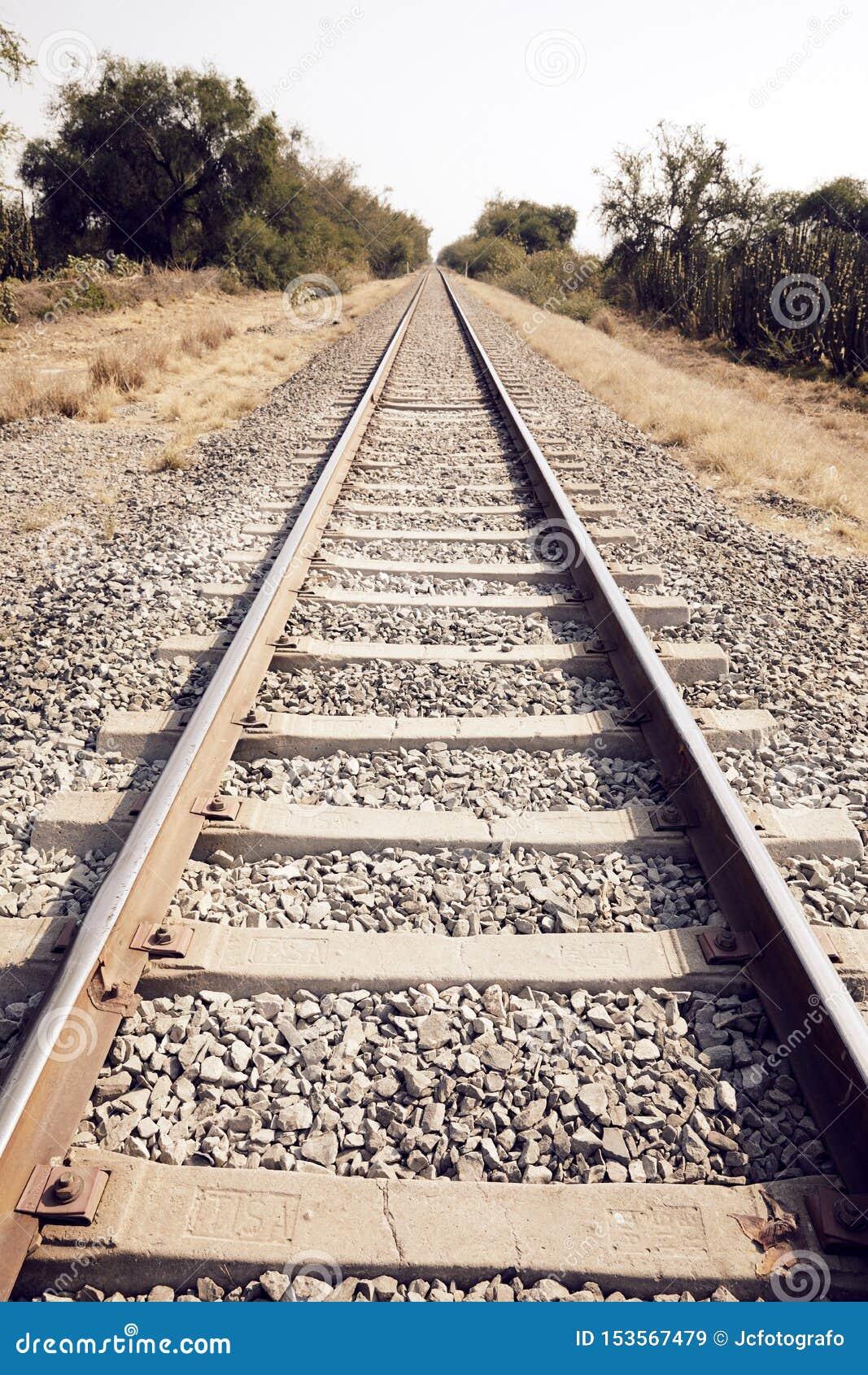 火车跟踪成为不饱和的风景