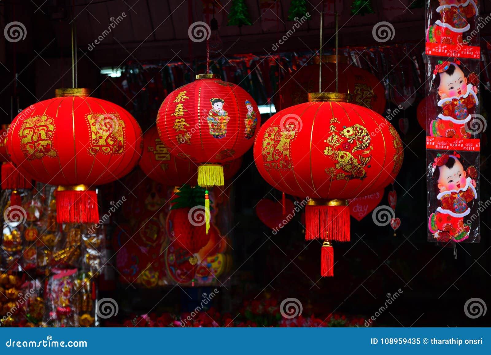 灯和红色服装为使用在农历新年期间