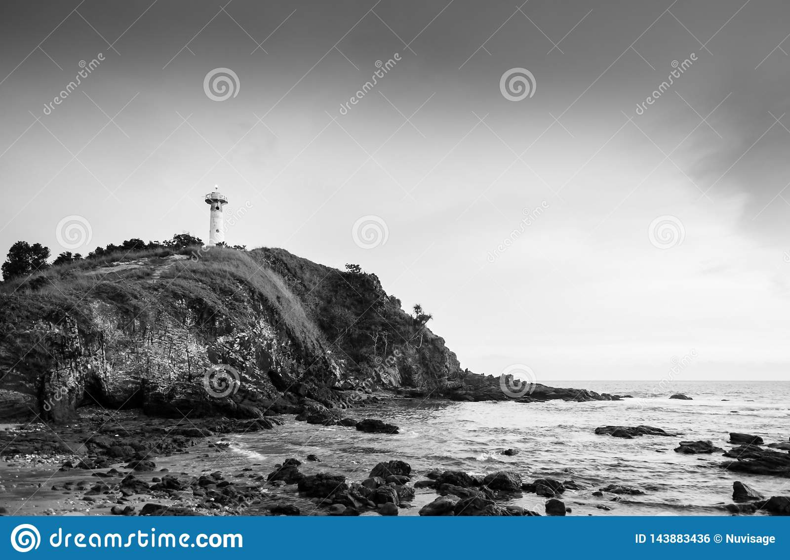 灯塔和岩石海滩在Laem Tanod海角酸值朗塔,甲米府,泰国黑白照片