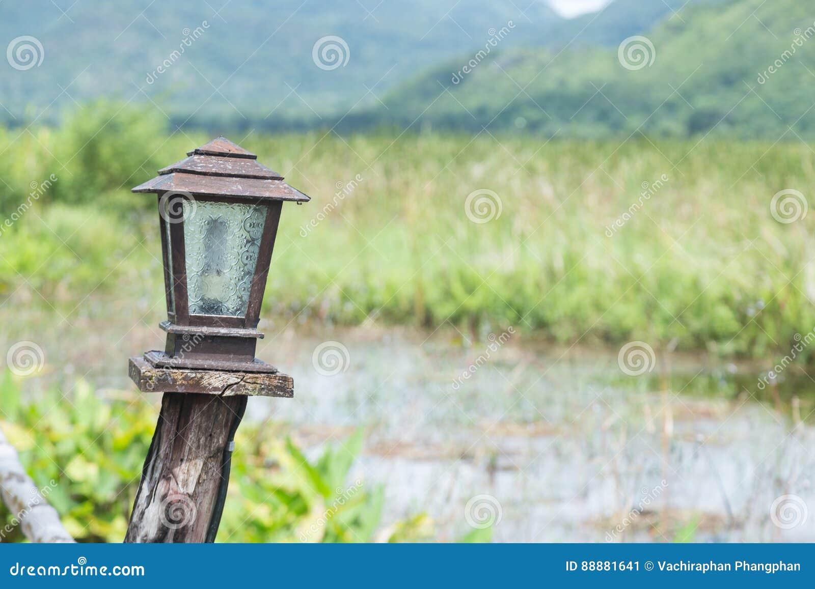 灯由木头制成
