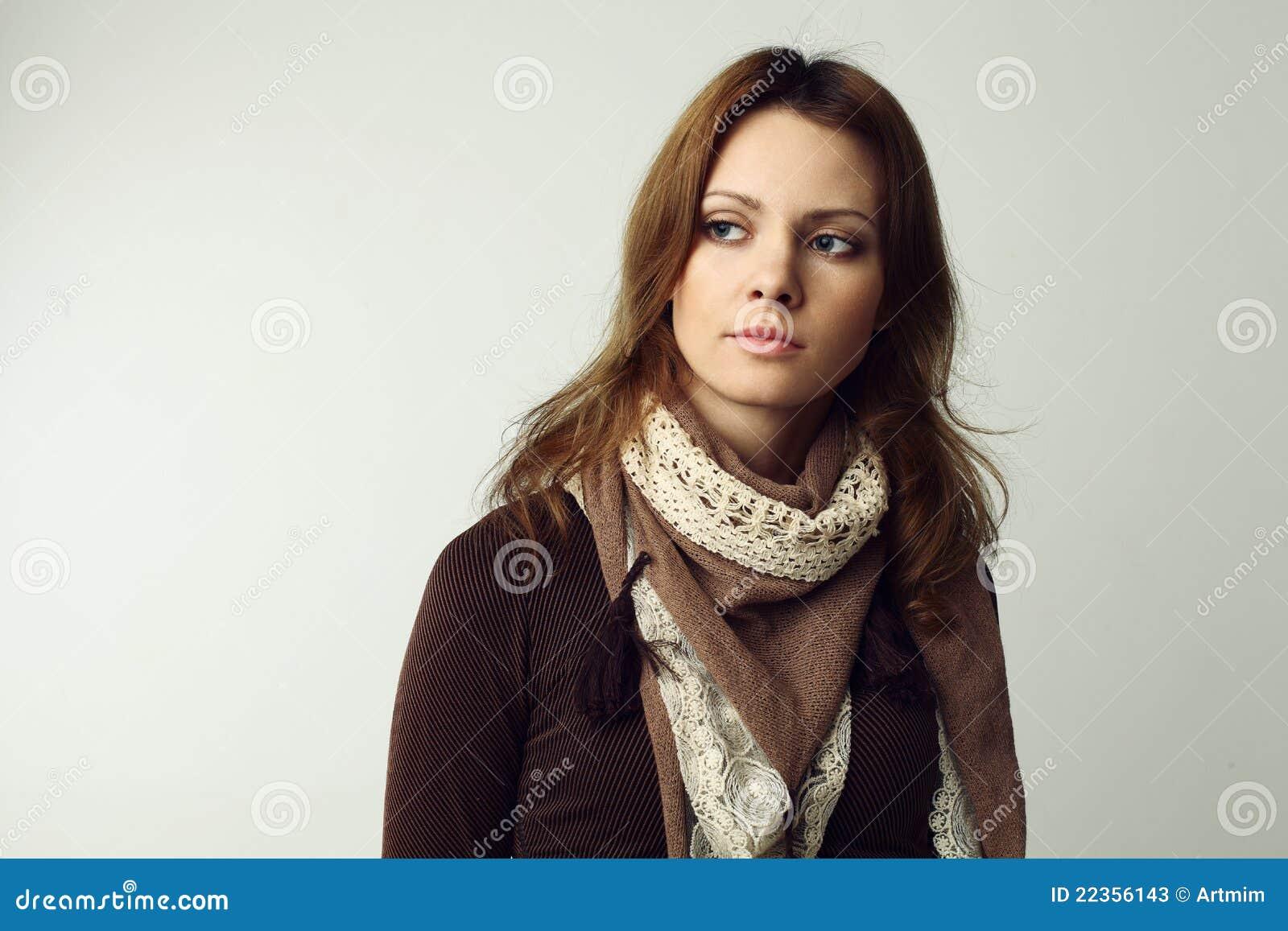 灰色背景的美丽的妇女