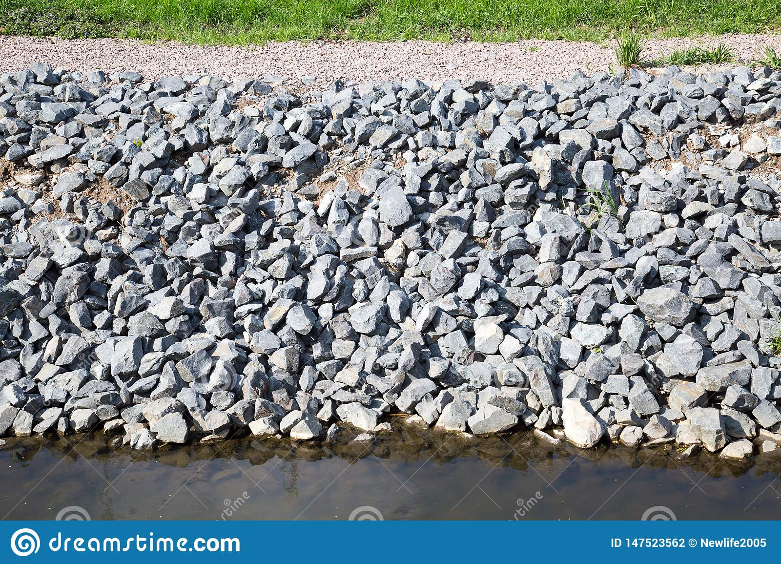 灰色花岗岩石头海岸的保护的看法