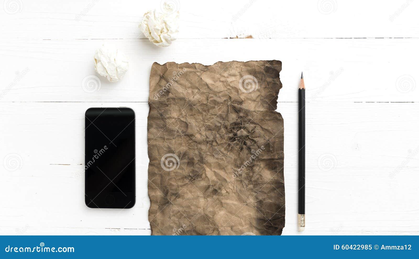 灼烧的包装纸和被弄皱的纸与巧妙的电话