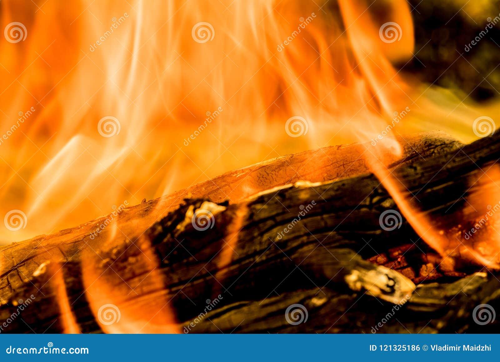 灼烧的火、烟、木头、灰和煤炭背景或纹理