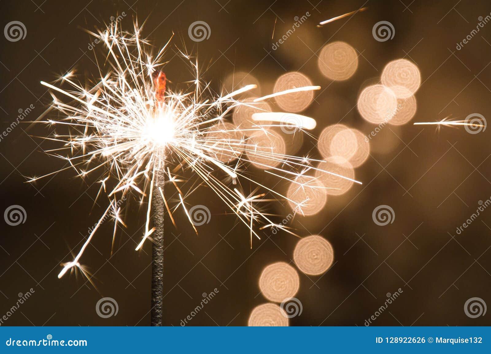 灼烧的闪烁发光物在玻璃站立 与诗歌选defocused多彩多姿的光的黑暗的背景