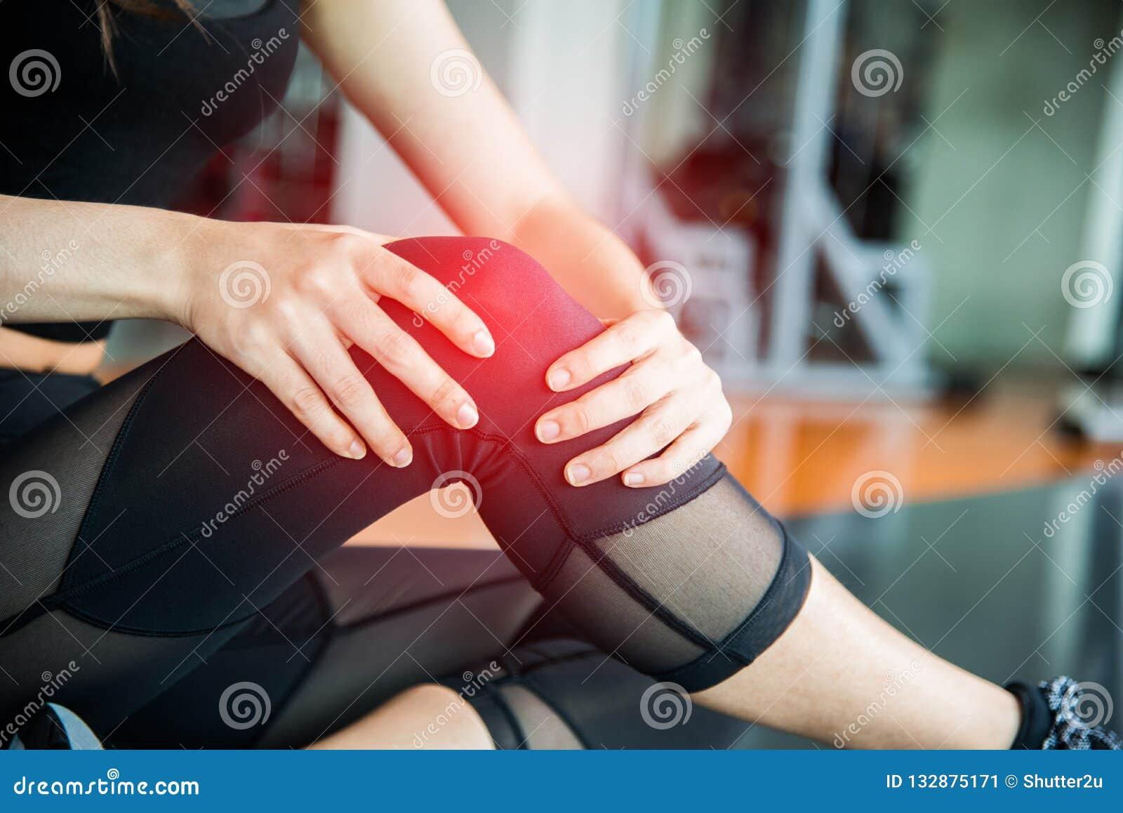 炫耀伤害在健身训练健身房的膝盖 训练和medi