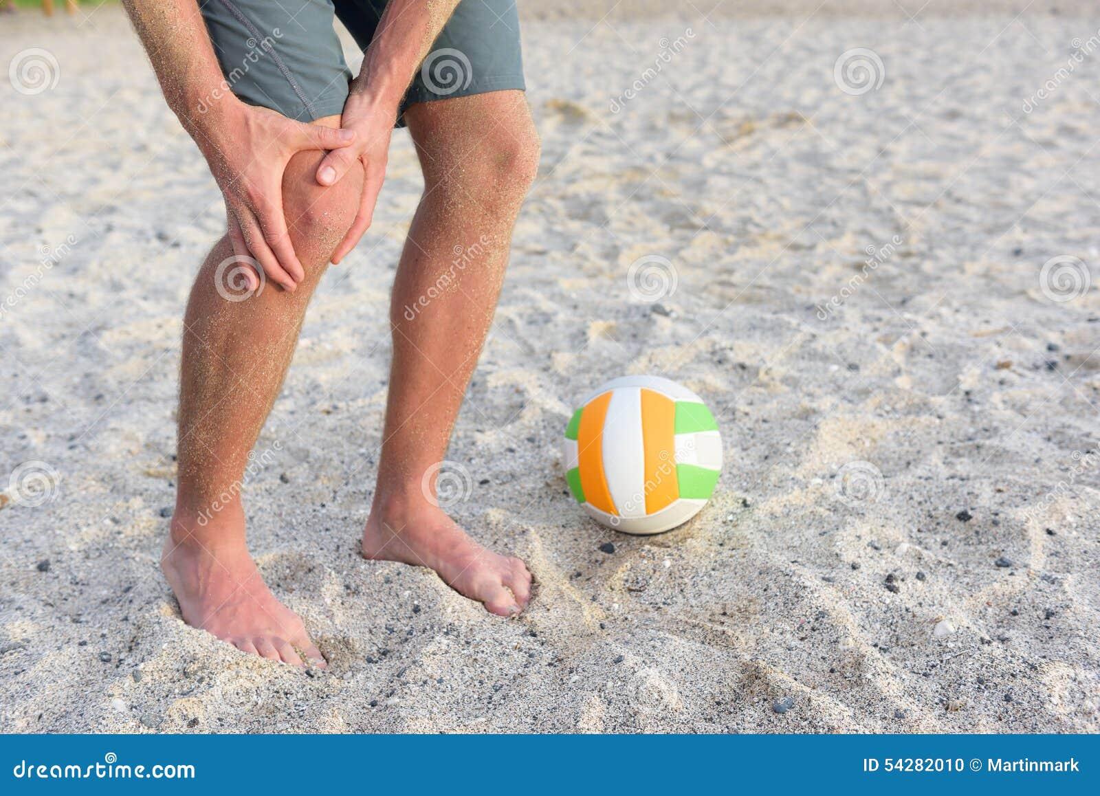 炫耀在打沙滩排球的人的膝伤
