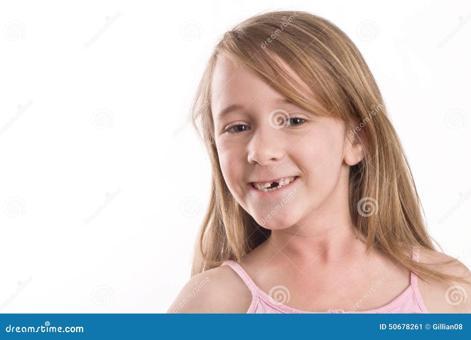 Download 炫耀她的缺掉前牙的女孩 库存图片. 图片 包括有 乐趣, 空白, 微笑, 背包, 愉快, 查出, 前面, 女孩 - 50678261