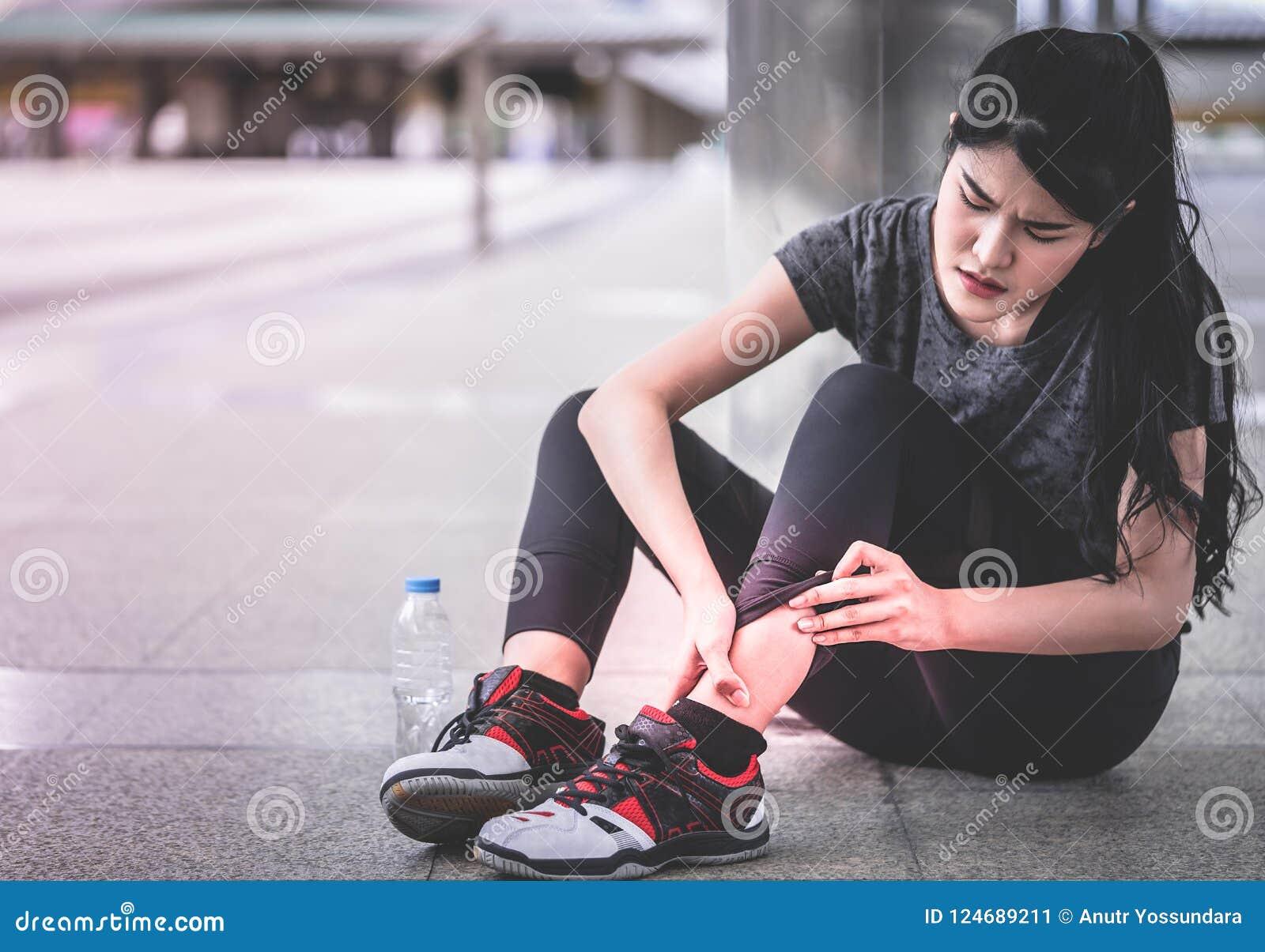炫耀有的妇女在她的脚腕脚的伤害
