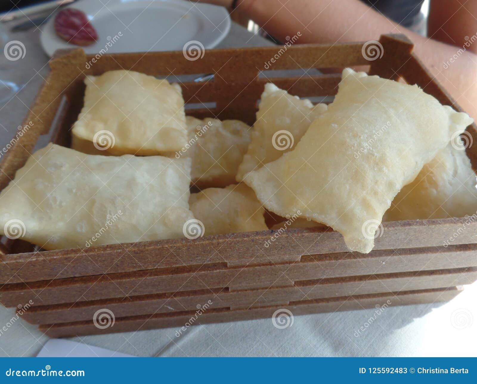 炸面包,从意大利的伊米莉亚罗马甘地区的一个典型的盘