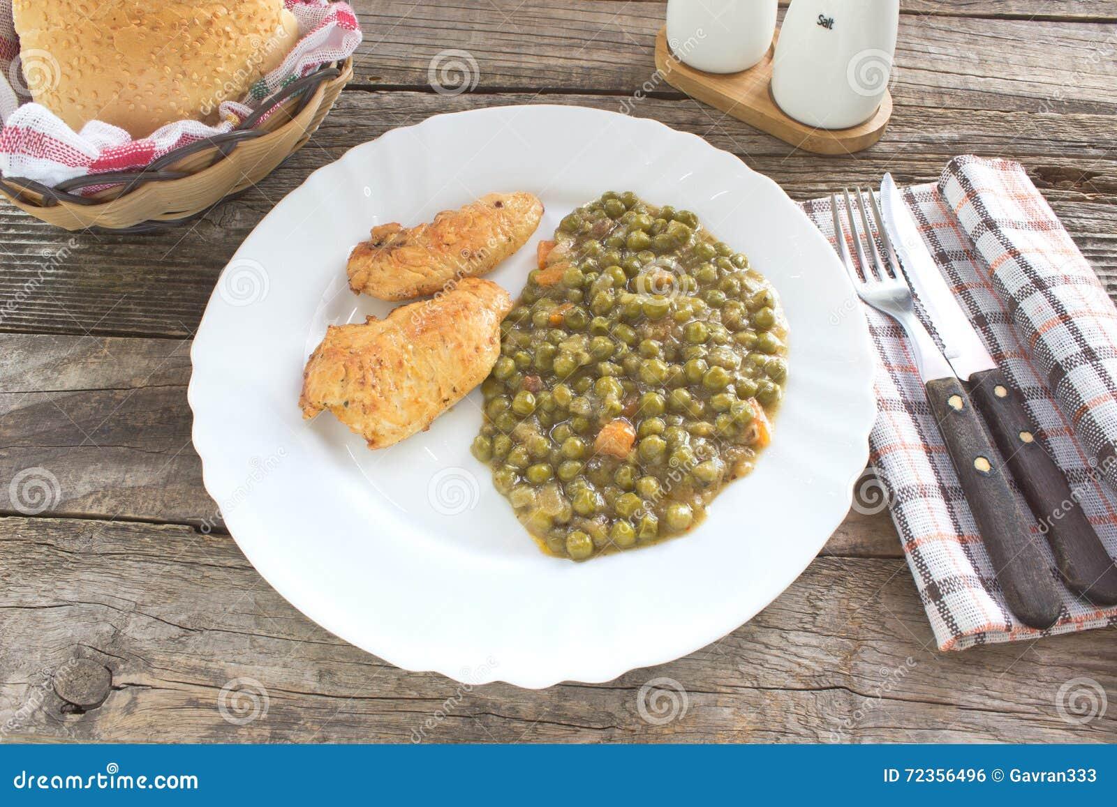 炸鸡乳房用煮熟的豌豆