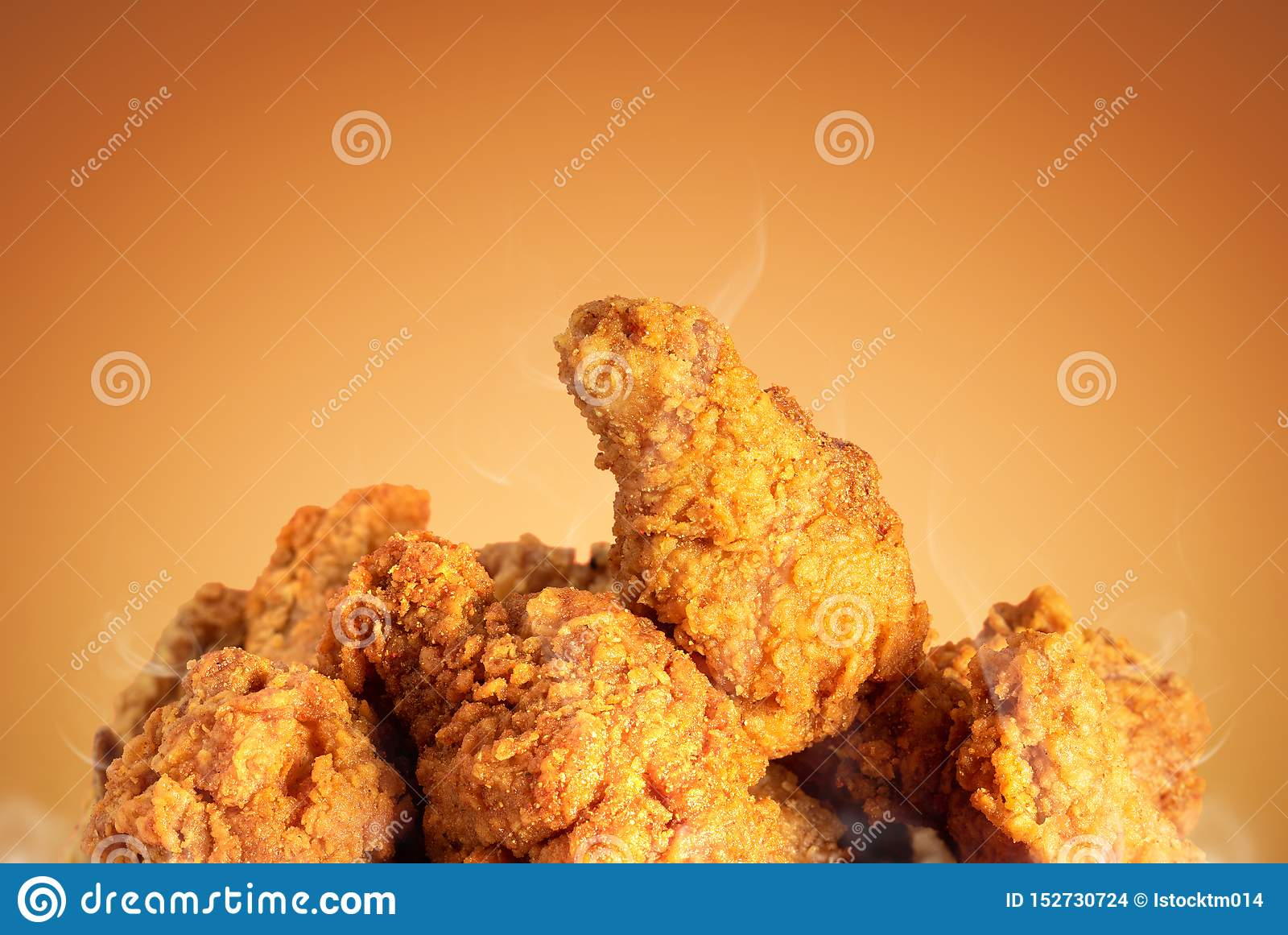 炸鸡或酥脆肯塔基棕色背景的 与便当的可口热的膳食