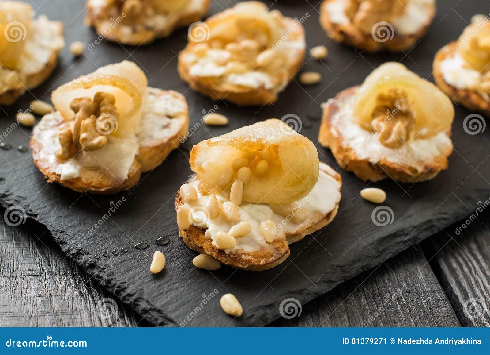 点心用乳清干酪乳酪、梨、坚果和蜂蜜