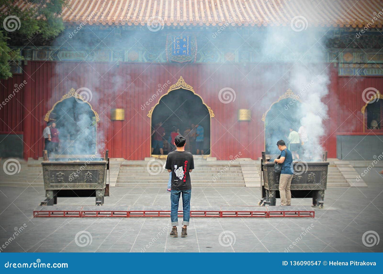 点燃您的在喇嘛寺庙的香火棍子