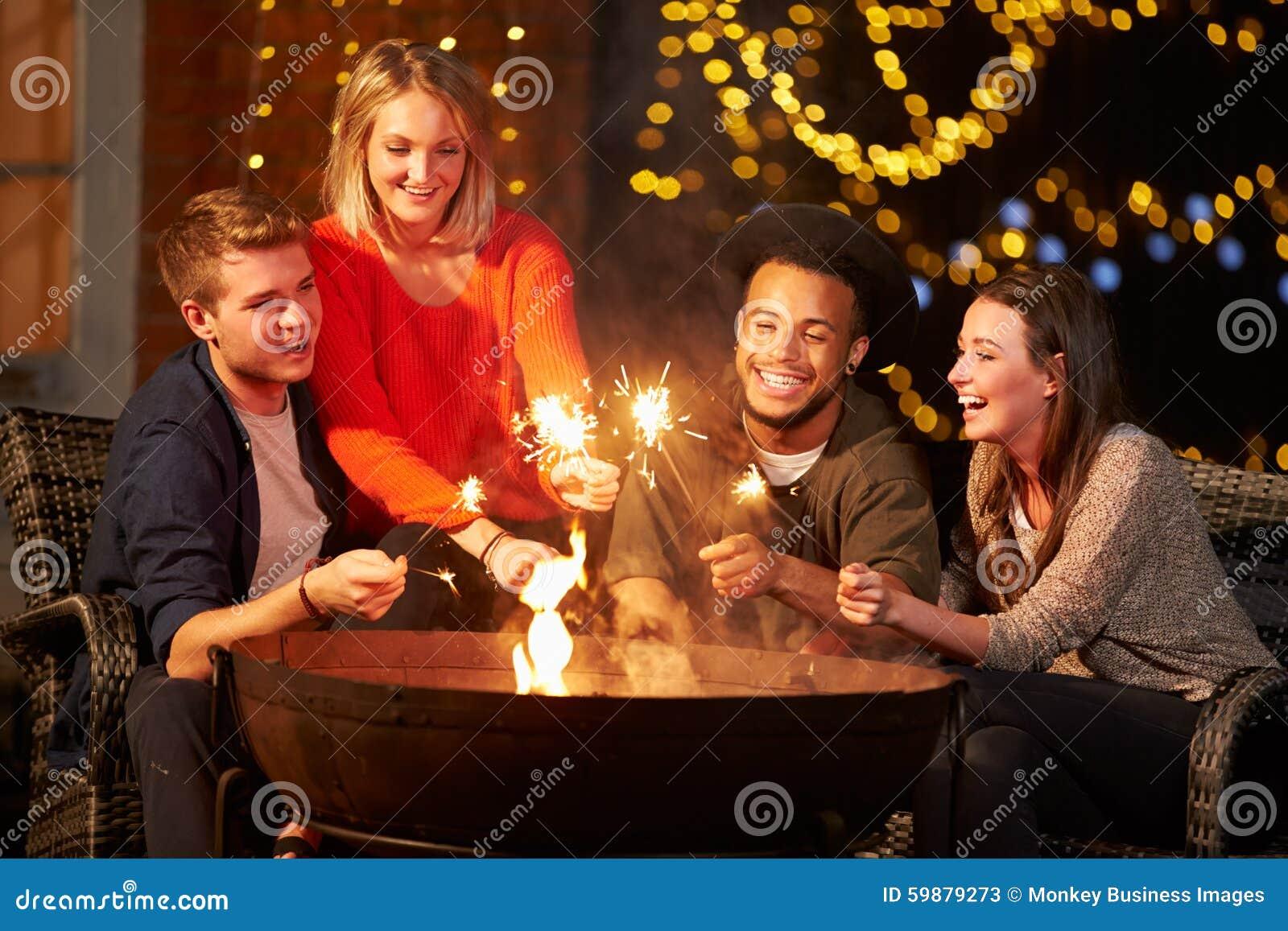 点燃闪烁发光物的小组朋友Firepit