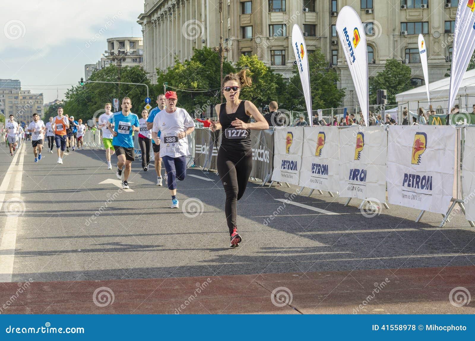 终点线的赛跑者女性