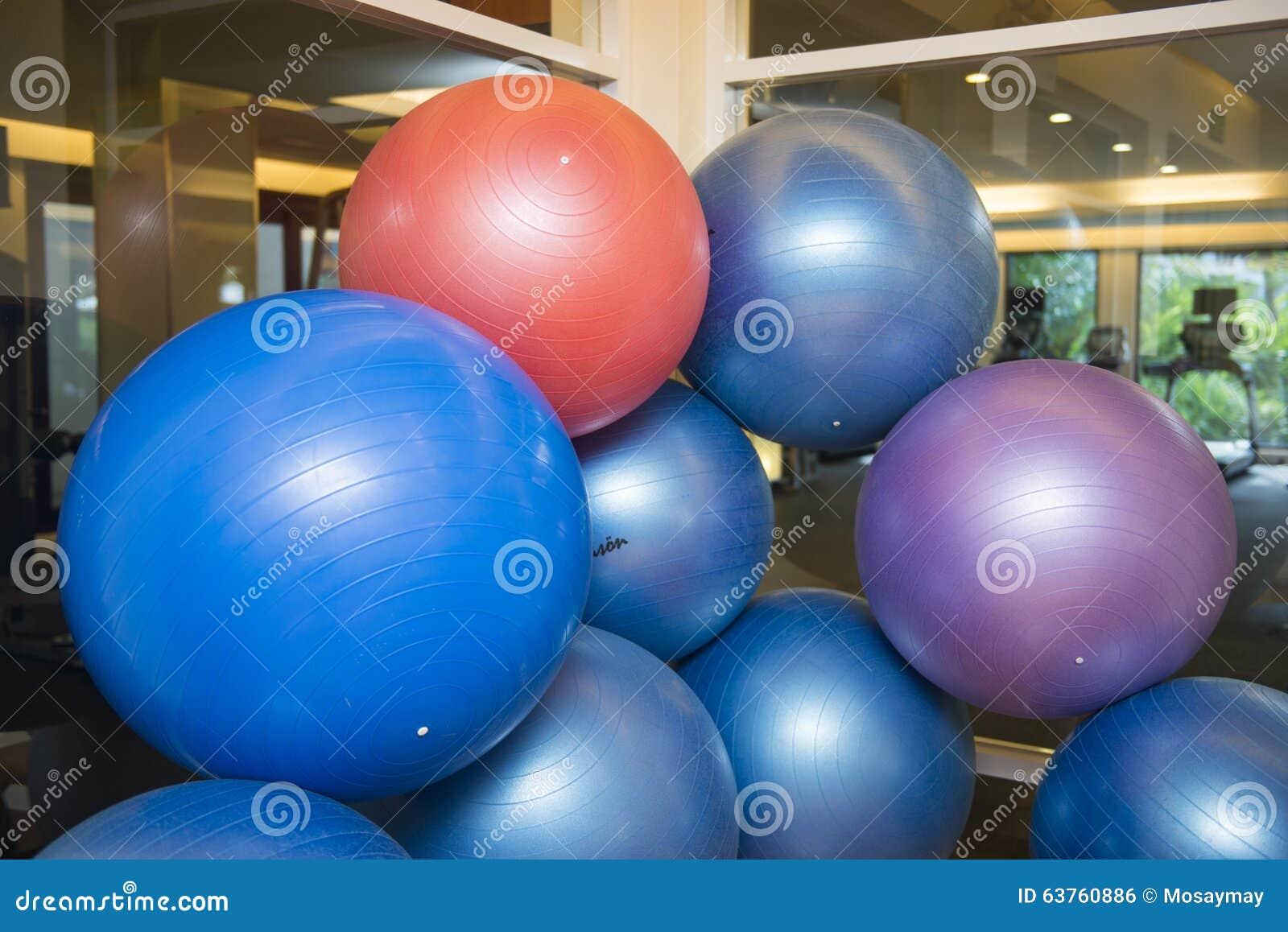 锻炼的五颜六色的球在健身屋子里