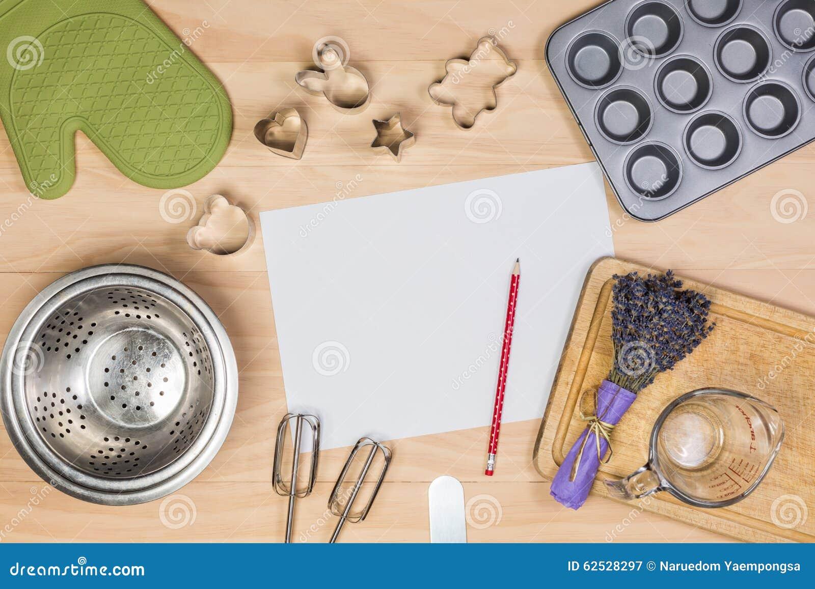 烘烤和酥皮点心工具有白纸的