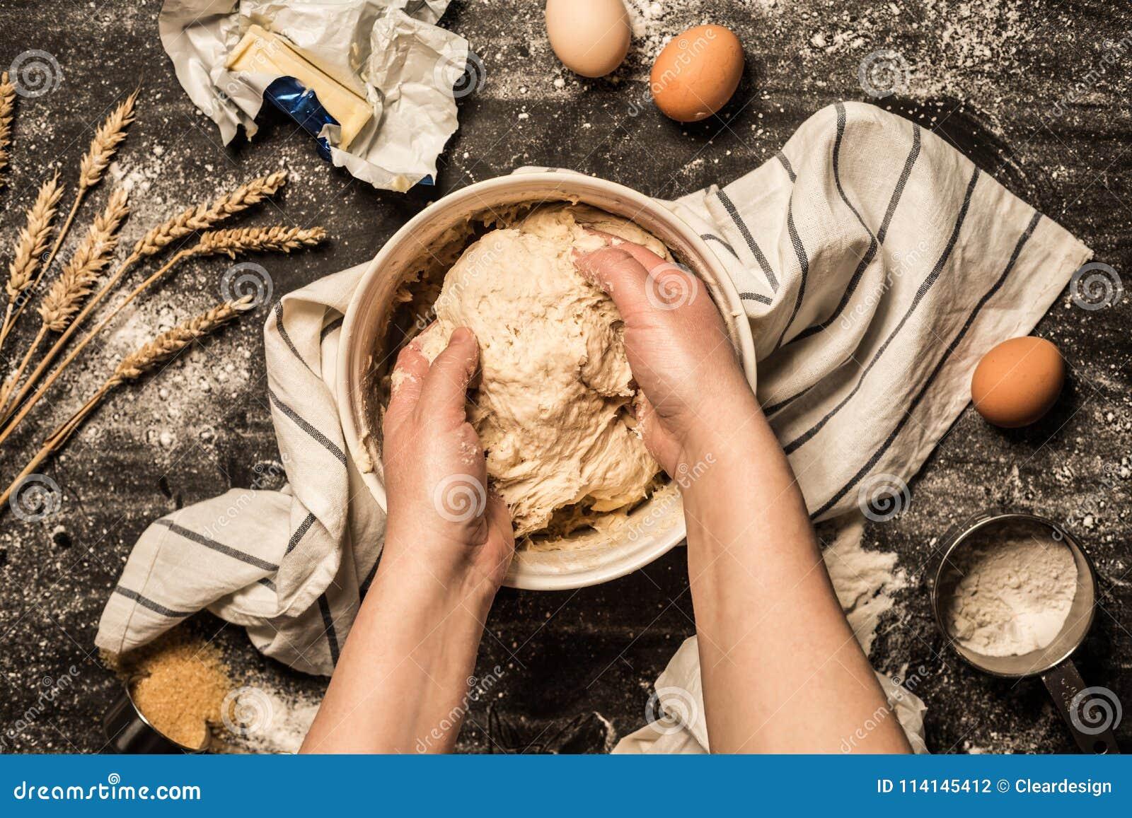 烘烤-揉在碗的手未加工的面团酥皮点心