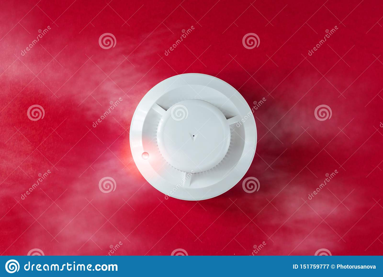 烟检测器和探火仪在红色背景 火警平的位置