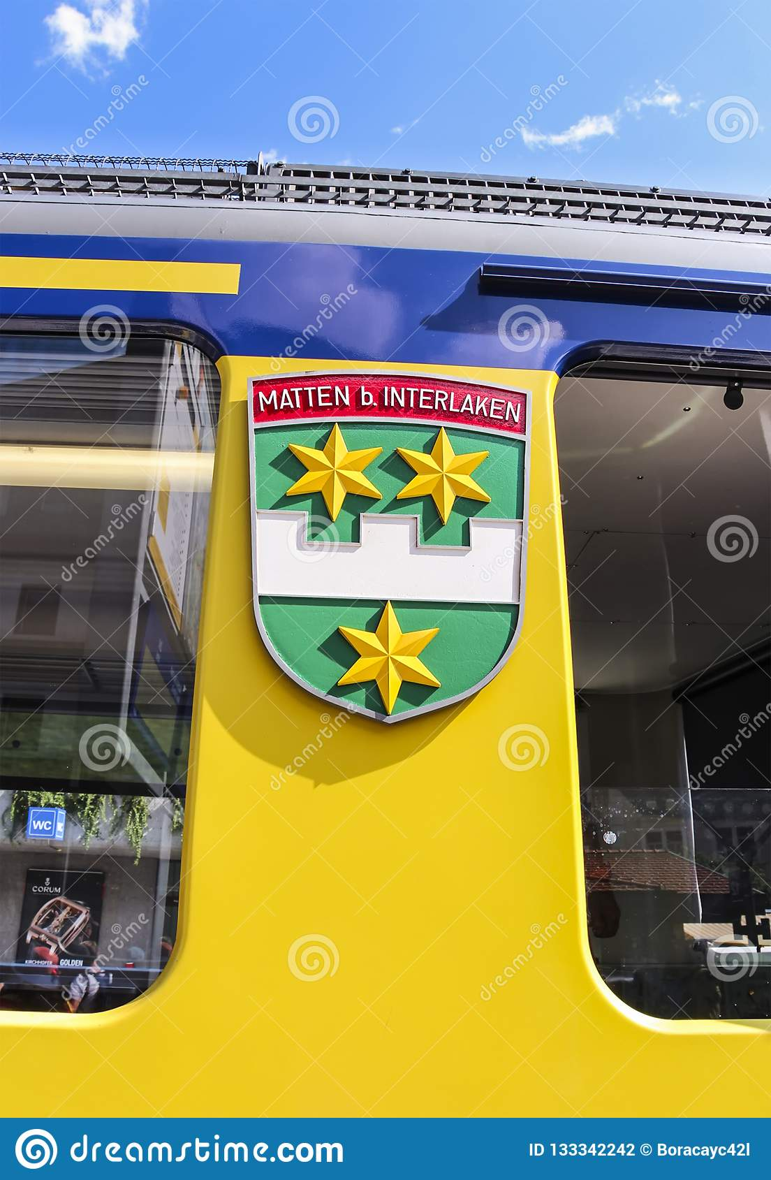烟特勒根徽章在伯尔尼高地铁路火车一边的