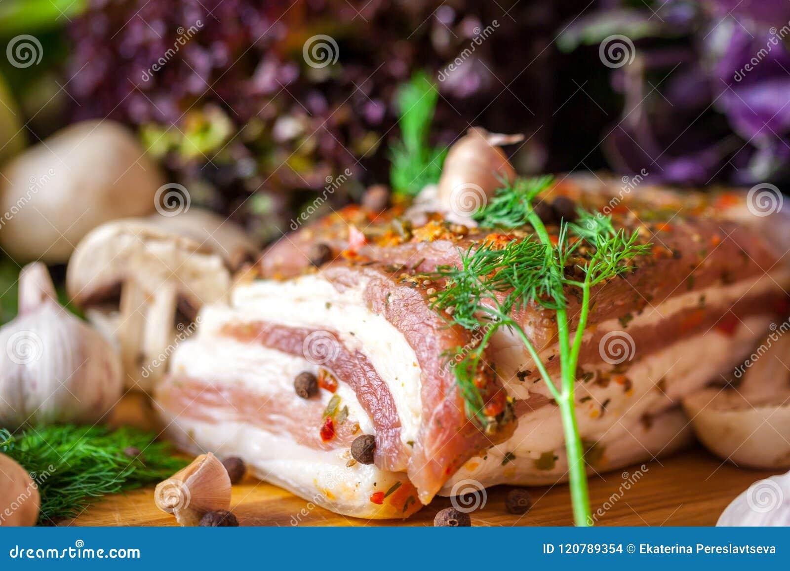 烟肉片断用香料和菜