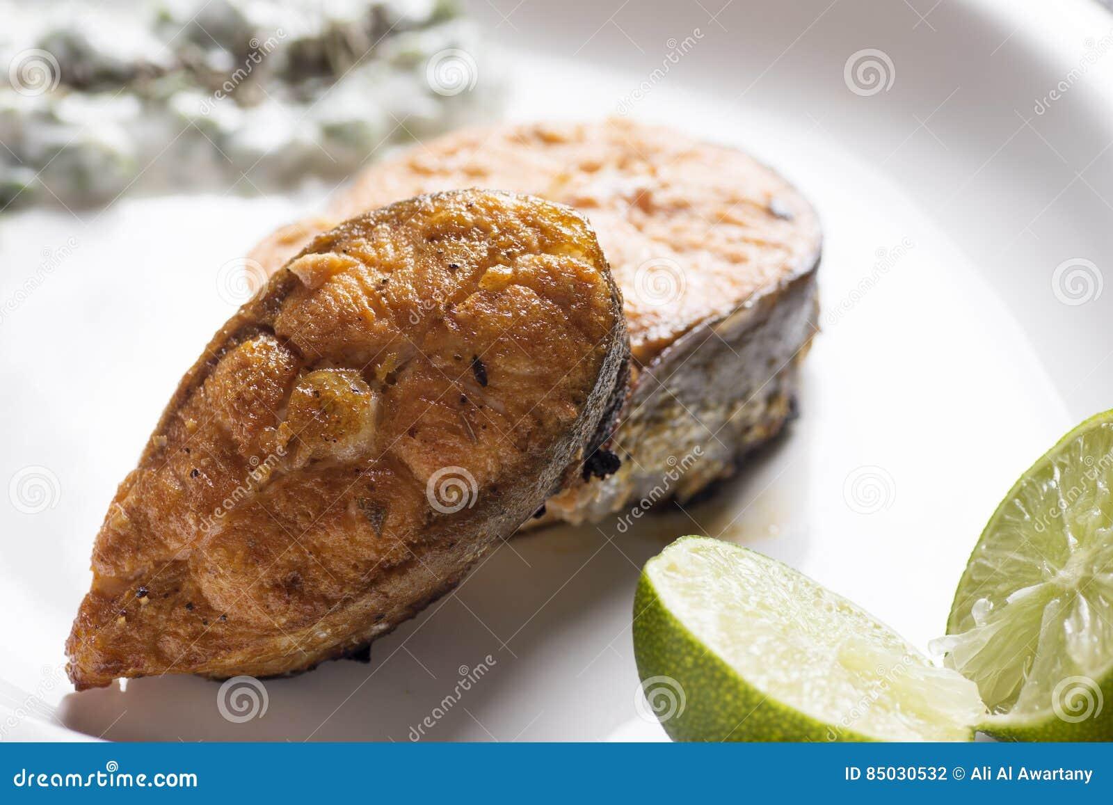 烤三文鱼用柠檬和沙拉