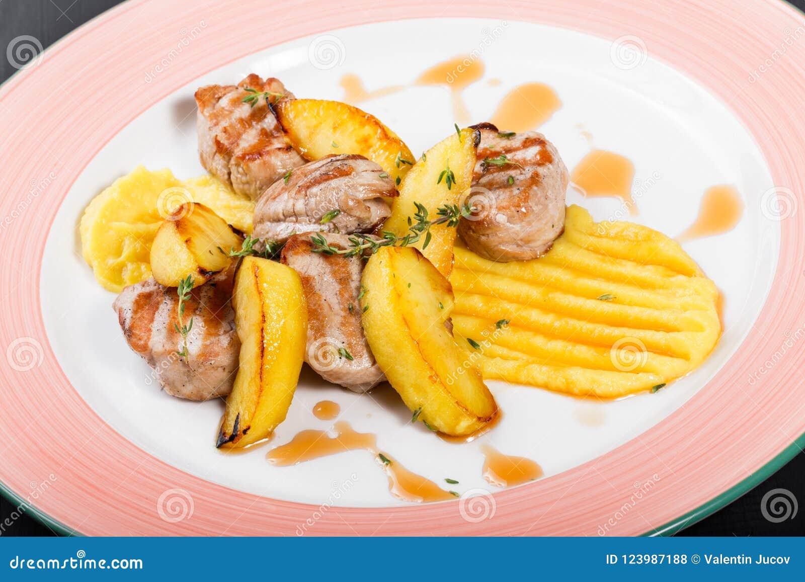 烤土豆用鸡肉和草本在板材在黑暗的木背景 断送热肉
