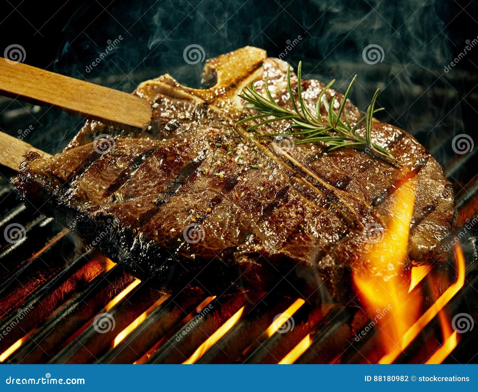 烤在夏天烤肉的辣丁骨牛排