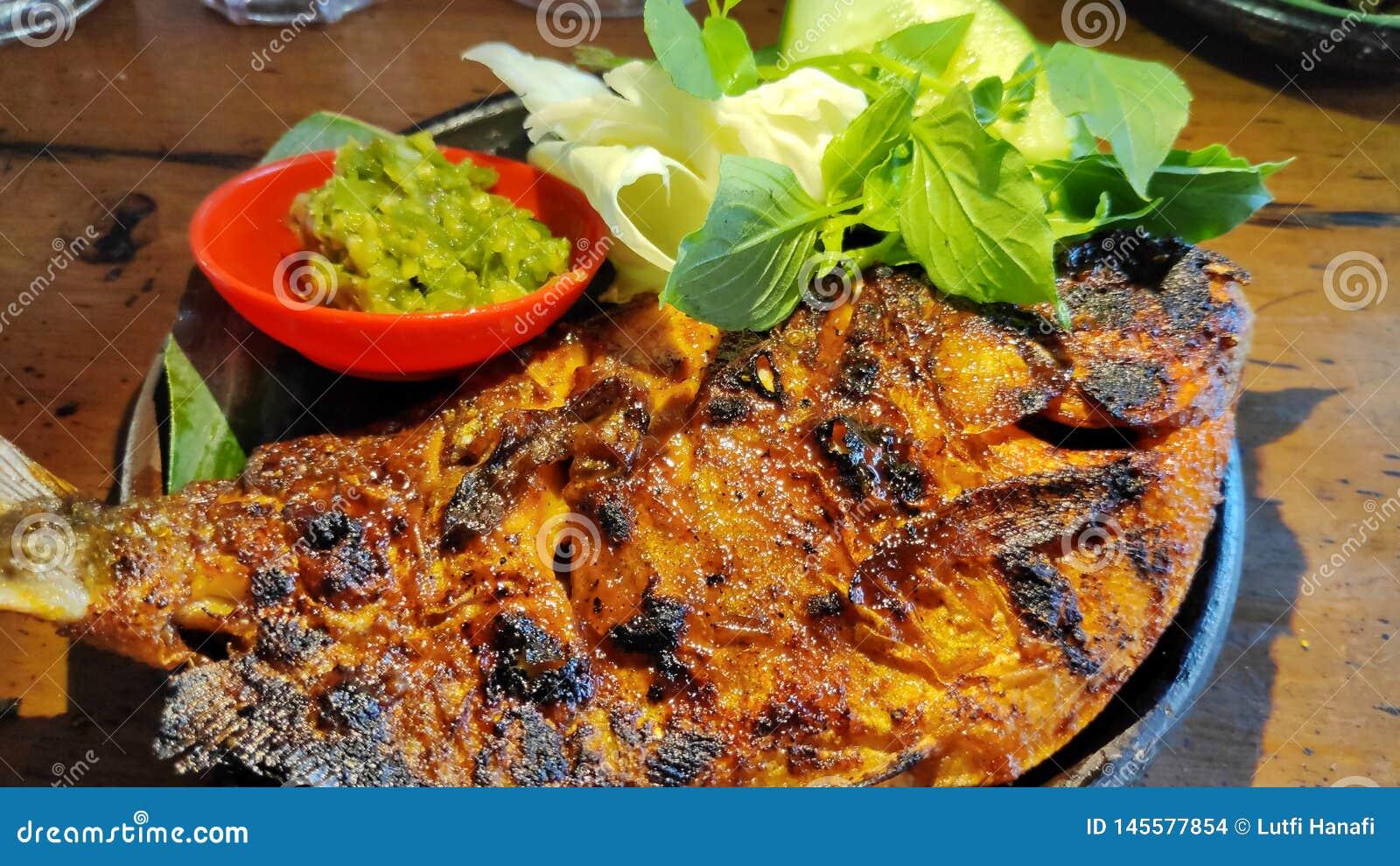 烤巴瓦尔鱼用与绿色辣酱的酱油