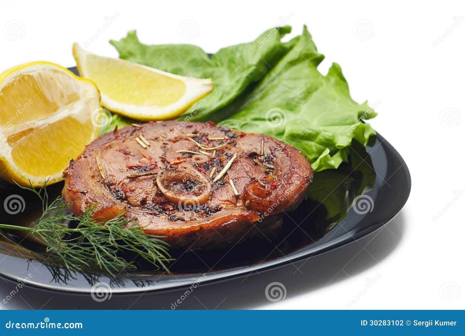 烤牛排用沙拉和柠檬