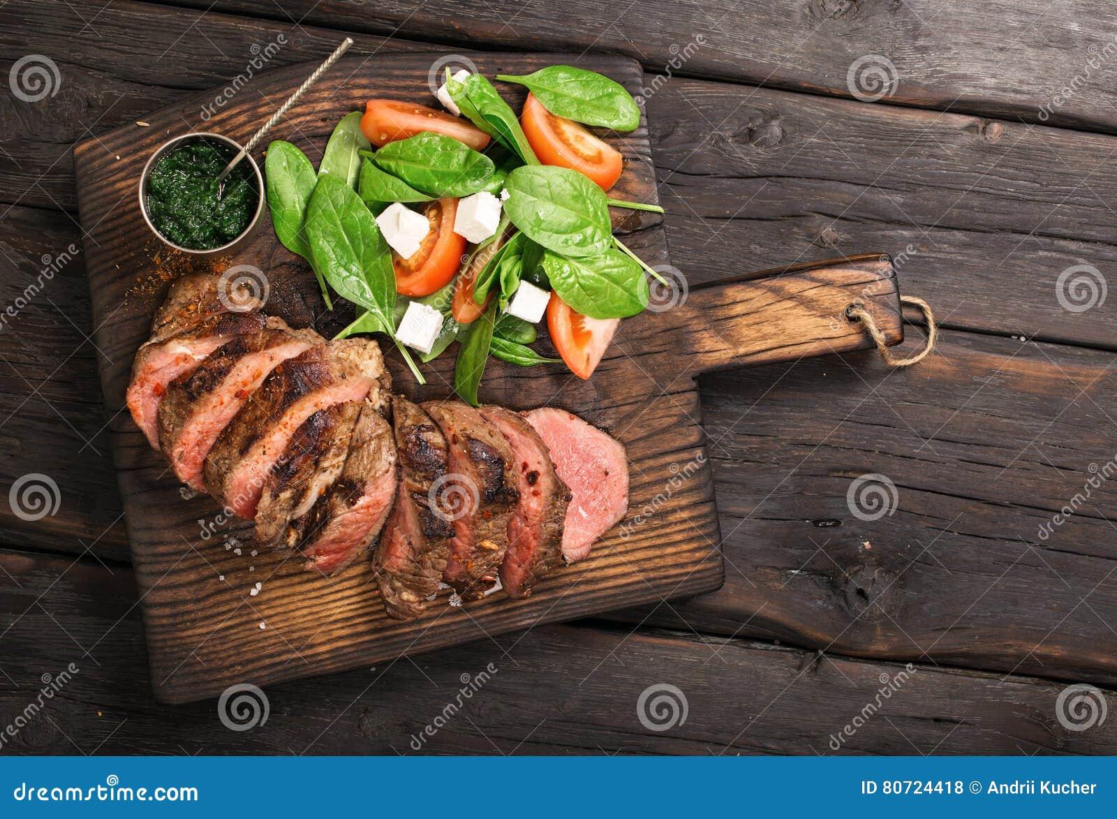 烤牛肉烤肉Striploin牛排、沙拉和chimichurri sau