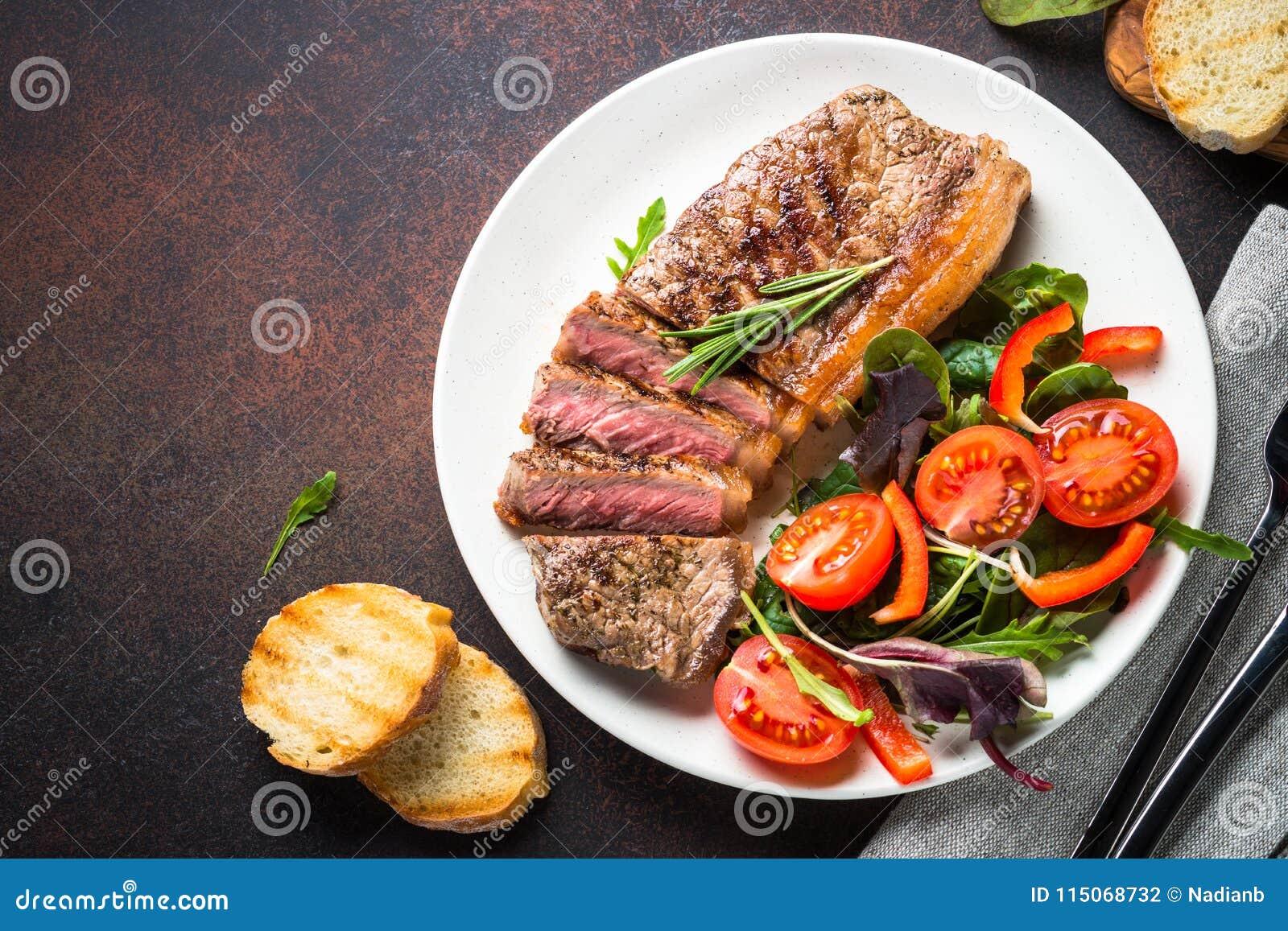 烤牛肉striploin牛排有新鲜的沙拉顶视图