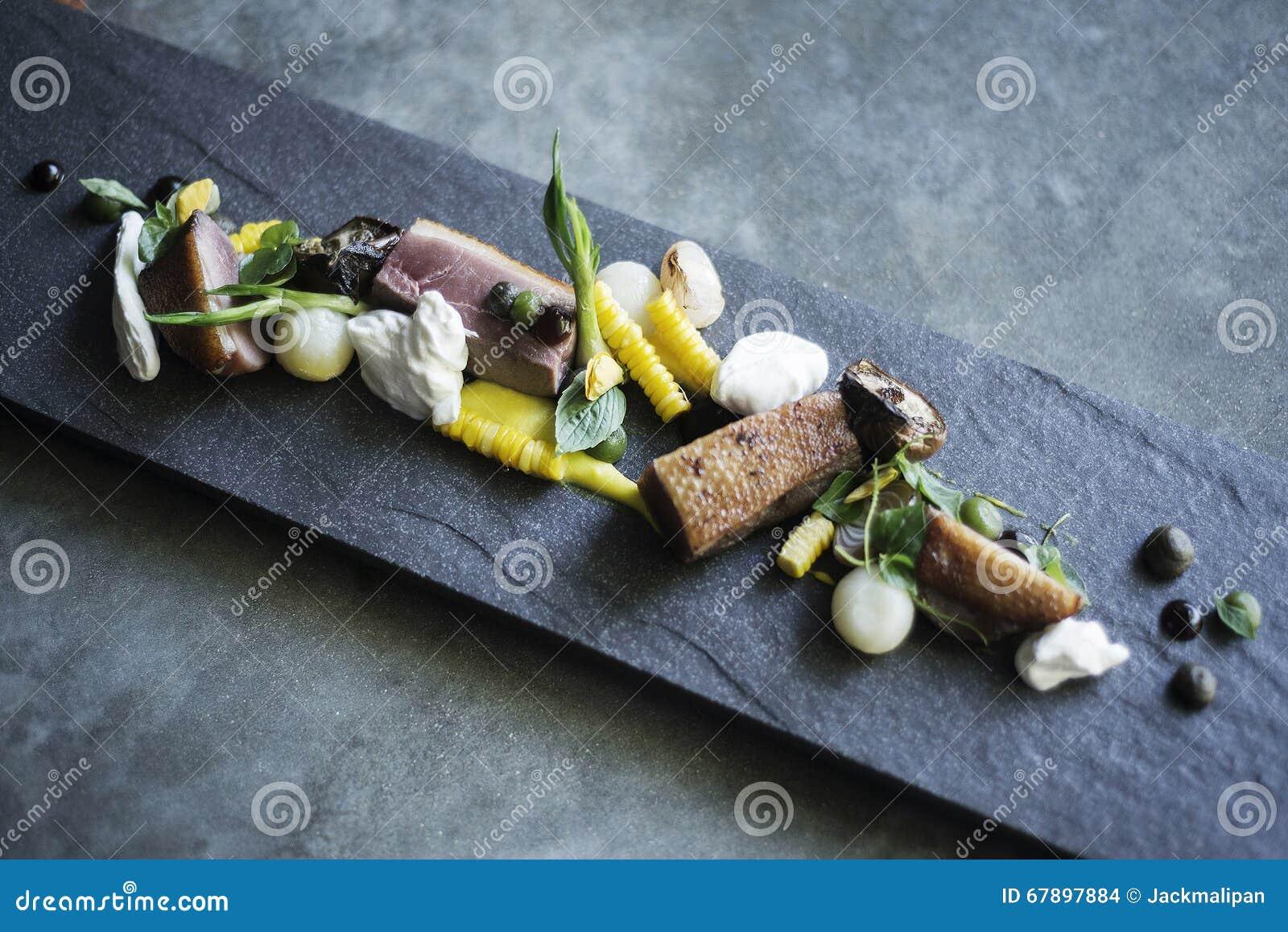 烤猪肉酸性稀奶油和菜在现代灰色板岩